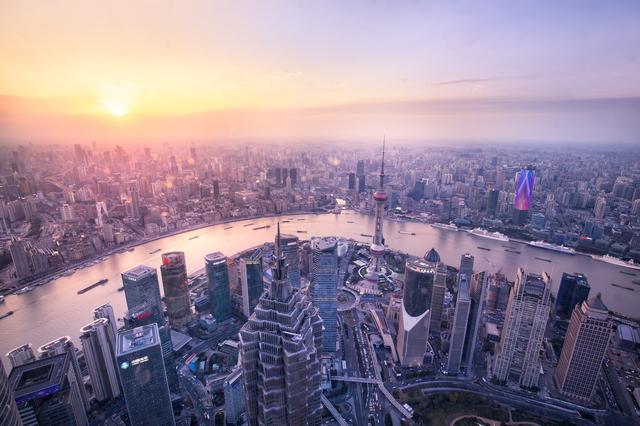 """""""上海房价疯掉""""这一题目近期经常出现在许多社交网络平台上"""