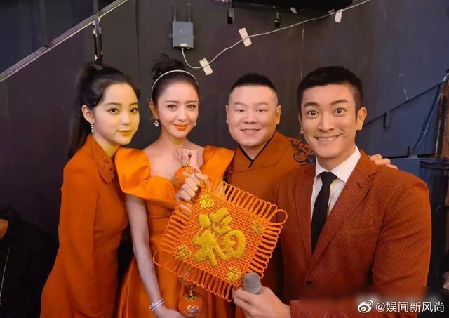 佟丽娅晒春晚后台合照,网友:脸小就是有优势!
