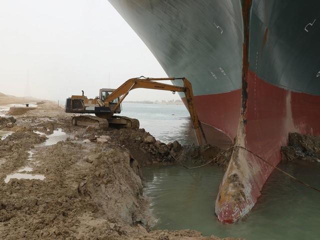 """拉走阻塞苏伊士运河的大中型货船""""永恒不变赏赐号"""""""