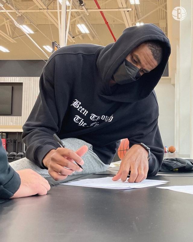 他来了他来了!篮网官推晒阿德合同签约照 全球新闻风头榜 第1张