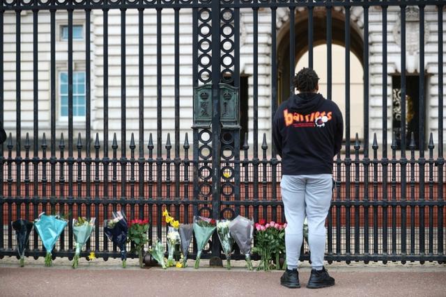英国民众聚集到白金汉宫门前,悼念菲利普亲王 全球新闻风头榜 第2张