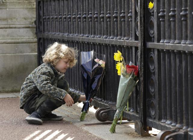 英国民众聚集到白金汉宫门前,悼念菲利普亲王 全球新闻风头榜 第3张
