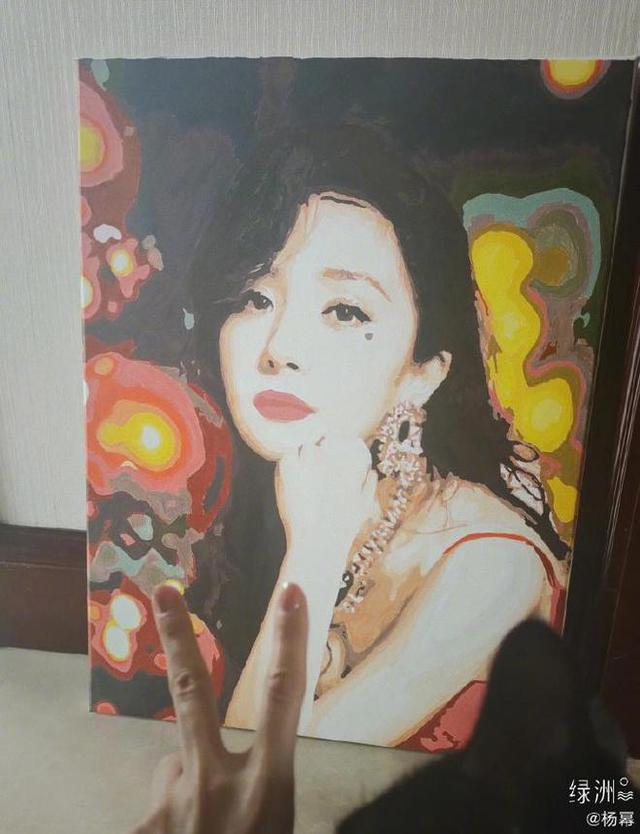杨幂晒王艺瑾送给自己的画像 大幂幂珠光宝气女人味十足 全球新闻风头榜 第1张