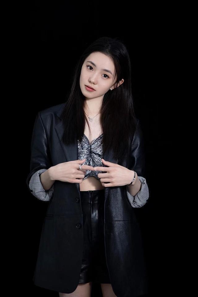 女星刘浩存皮裤写真曝光 长腿白皙可盐可甜 全球新闻风头榜 第4张