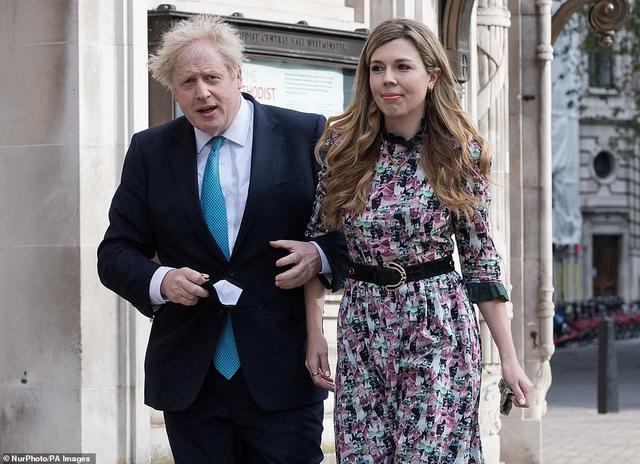 英媒曝首相约翰逊与未婚妻已秘密结婚,客人在最后一刻被邀请参加仪式 全球新闻风头榜 第1张
