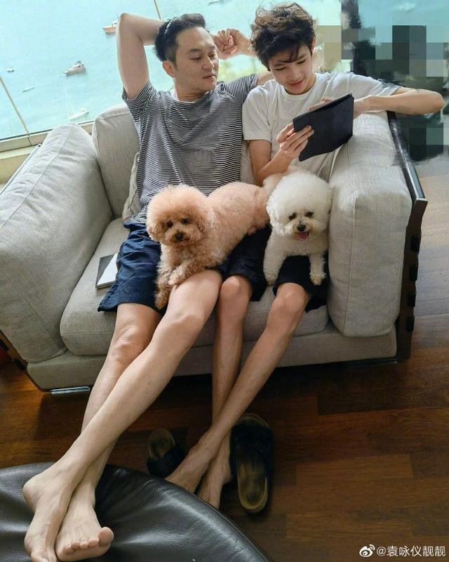 袁咏仪晒合照为张智霖庆父亲节 父子俩同款坐姿长腿吸睛