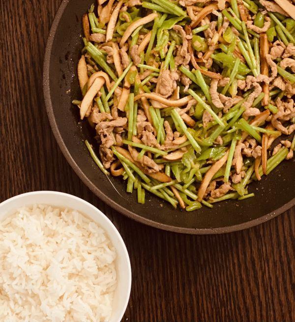 藜蒿的吃法,3块钱搞定一道芦蒿豆干炒肉丝,不仅下饭还有有营养