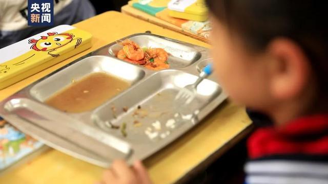 女孩总不吃学校餐盘里的虾!这五个字让人破防…… 全球新闻风头榜 第1张