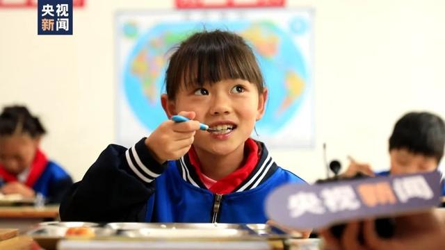 女孩总不吃学校餐盘里的虾!这五个字让人破防…… 全球新闻风头榜 第3张