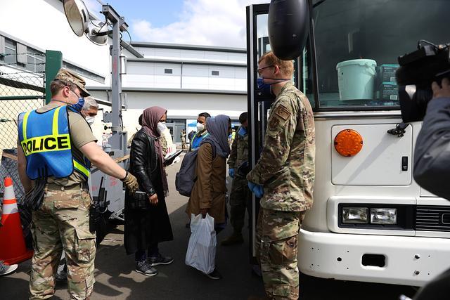 外媒:数百名阿富汗撤离人员自行离开美军基地 等不及被安置