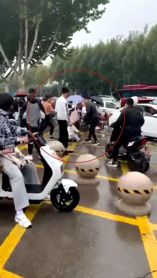 山东警方通报女学生校门口遭多名男子群殴,知情人:疑因追求未果