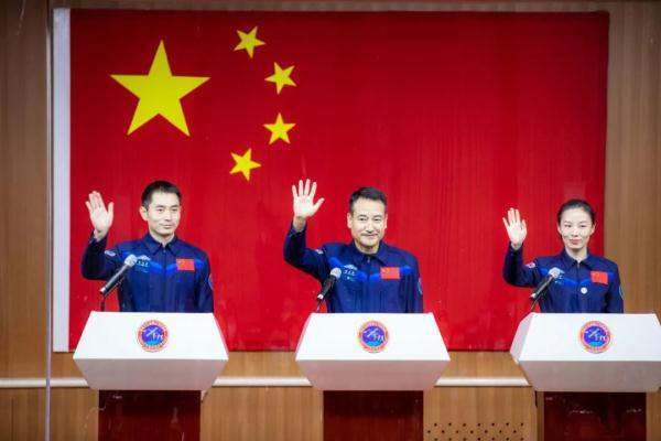 """""""太空出差""""三人组亮相!中国人将第一次在太空过春节"""