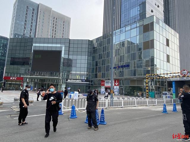 北京石景山万达广场一顾客自称核酸检测阳性 当场大哭,商户等待统一检测