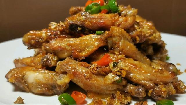 鸡翅的做法,鸡翅还是这种做法好吃,外焦里嫩,蒜香浓郁,比可乐鸡翅还好吃