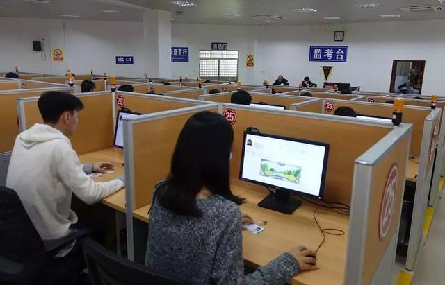 科一成绩查询,50岁重庆男子考科目一成考霸,10分钟交出满分答卷,竟是暗藏玄机!