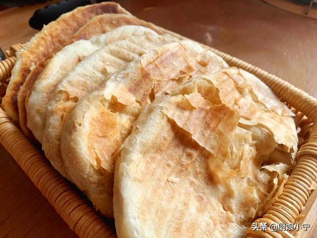 烧饼的做法,早餐迷上这烧饼,外酥里软,一咬掉渣,配方详细做法简单,香