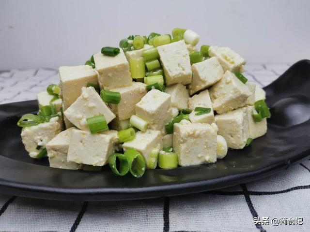 小葱拌豆腐的做法,小葱拌豆腐,看似简单,原来也有窍门!农村人这样做,太香了