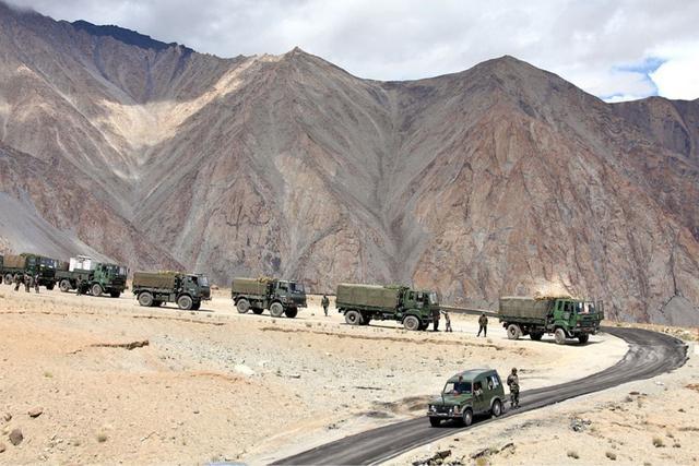 中印最新消息,数万印军逼近边境,拒绝武力降级!忘恩负义,向中国提出无理要求