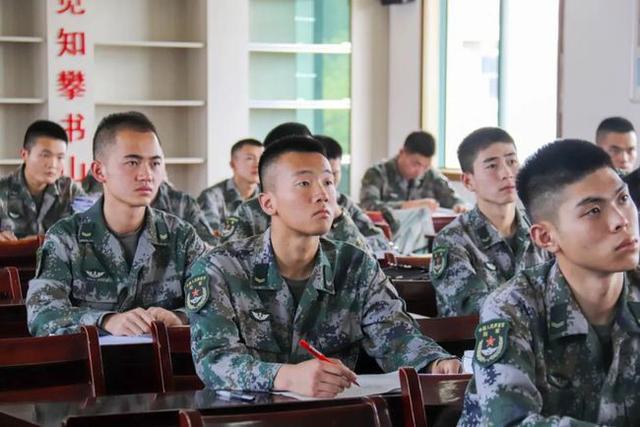 报考军校的条件,如果你具备这三个条件,那么可以去部队考军校,人生应该需要冒险
