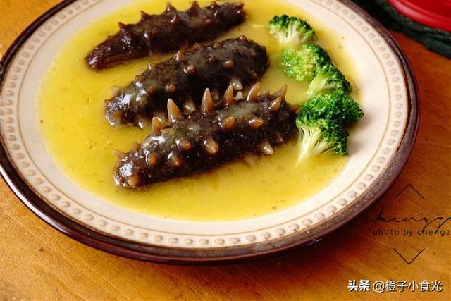 """冻海参的吃法,正月宴客吃点啥?这道""""硬菜""""真不错,5分钟端上桌,好吃上档次"""