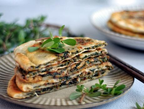 马齿苋的吃法,8月底,我一买就是10斤的野菜,晒干了储存,冬天烙馅饼吃最香