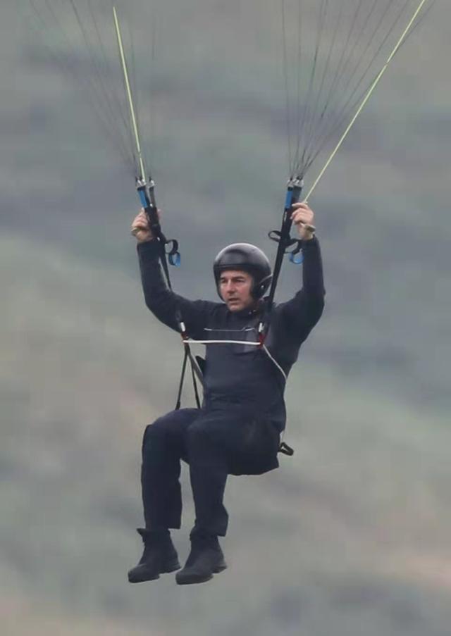 59岁阿汤哥高空跳伞,飞跃几百米惊险刺激,网友:身体素质真强 全球新闻风头榜 第2张