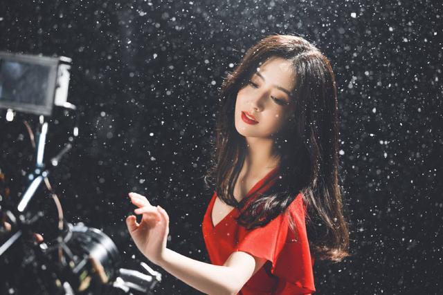 佟丽娅在张杰新歌MV中起舞 一袭红衣美出天际 全球新闻风头榜 第8张