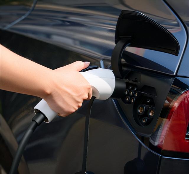 新能源车高速服务区排队4小时充电!网友:绿牌比亚迪DM-i、理想ONE笑了