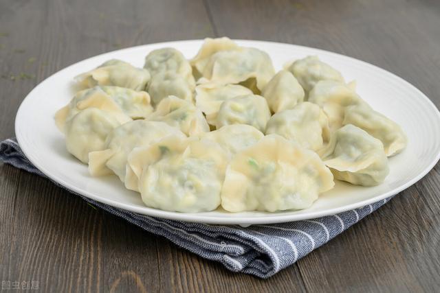 西葫芦馅饺子的做法,夏天包饺子,这个菜是首选,清爽鲜美增食欲,孩子一顿能吃30个