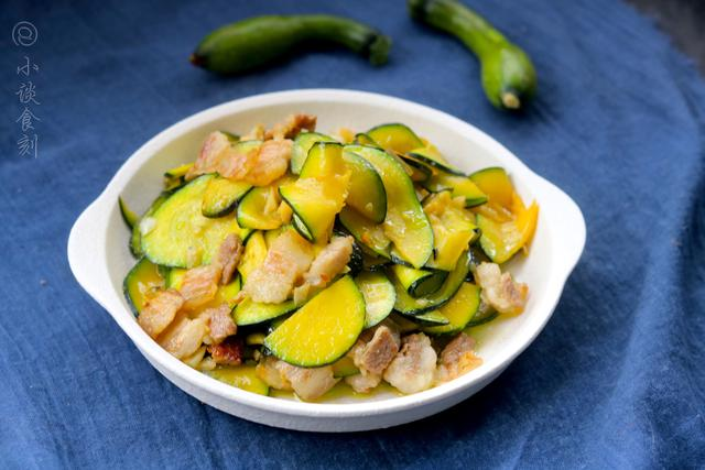 炒南瓜的做法,秋天,把南瓜炒着吃才美味,比板栗营养比红薯甜,老人孩子要常吃