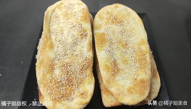 芝麻饼的做法,芝麻饼和面用开水凉水?教你秘制做法,又香又脆,连吃10天也不腻