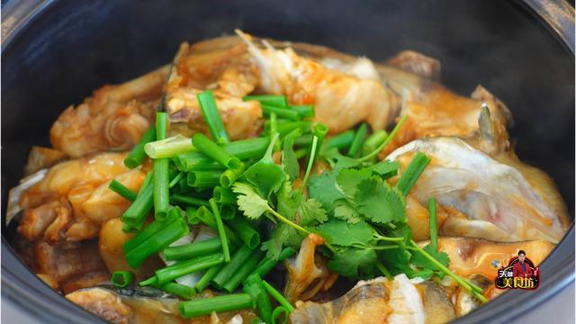 鱼头煲的做法,广东夜市卖88元一份,香芋搭配鱼头,这鱼头煲为啥能成为招牌菜
