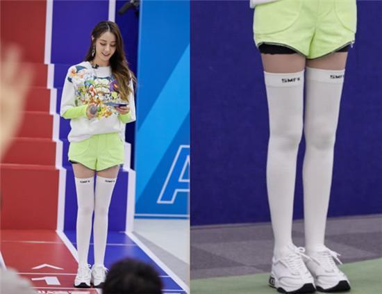 白丝漫画,这就是价值百万的腿?热巴白丝漫画腿,冯提莫不服穿上芭比少女袜
