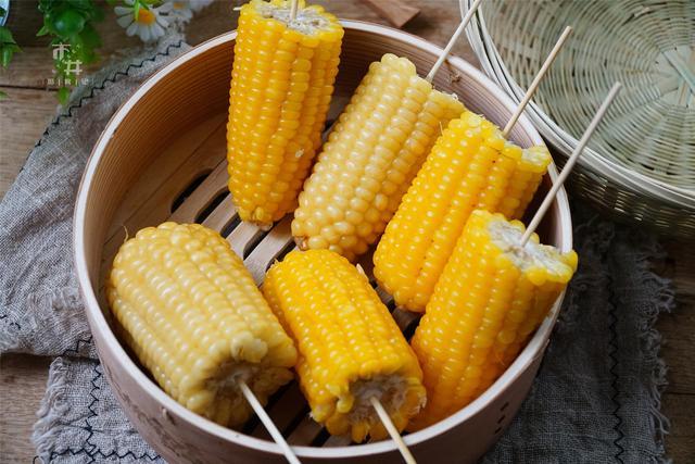 玉米的吃法,玉米别只会用清水煮了,多放这3样,玉米煮熟软糯好吃奶香十足