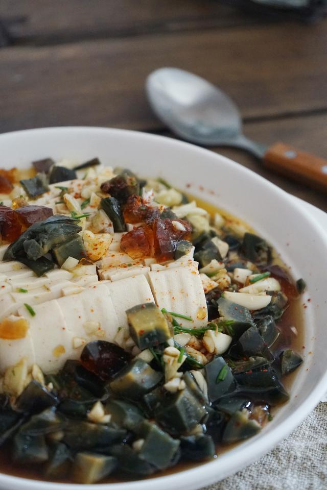 皮蛋豆腐凉拌的做法,皮蛋拌豆腐,好吃的关键在于调料,调对调汁,清凉爽口到极致