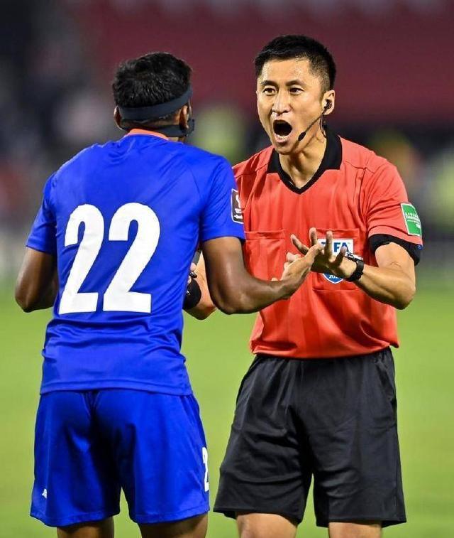 马宁亮相世预赛!吹罚卡塔尔战印度 17分钟罚下印度后卫 全球新闻风头榜 第3张