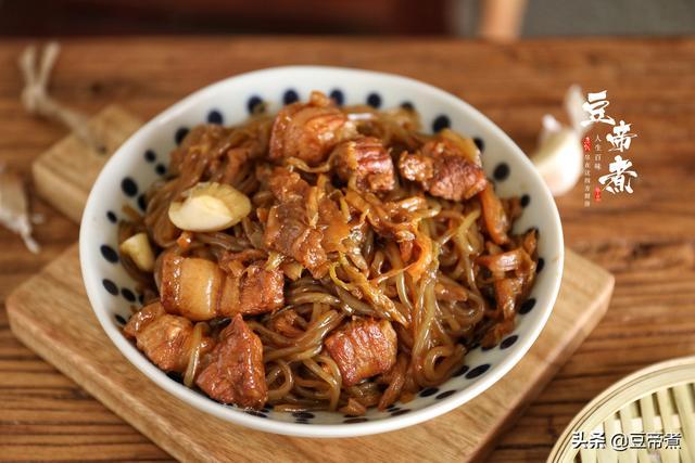 酸菜白肉的做法,东北人吃不腻的一道菜,吃了几十年,最爱的还是酸菜猪肉炖粉条子