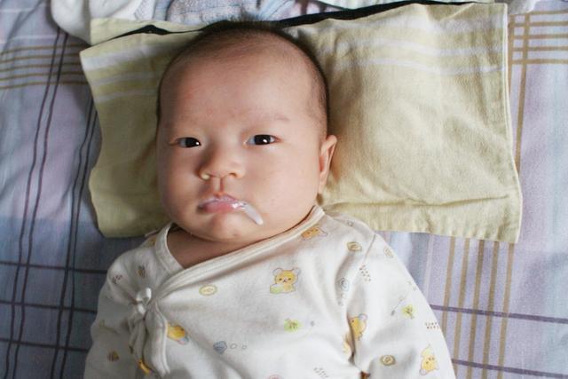 """婴儿溢奶,新生儿吐奶有""""隐情"""",新手妈妈你别慌,看看是不是这5点没做好"""