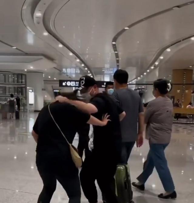 岳云鹏深夜亲自去机场接媳妇,当众索吻却被嫌弃,一路打闹秀恩爱 全球新闻风头榜 第3张