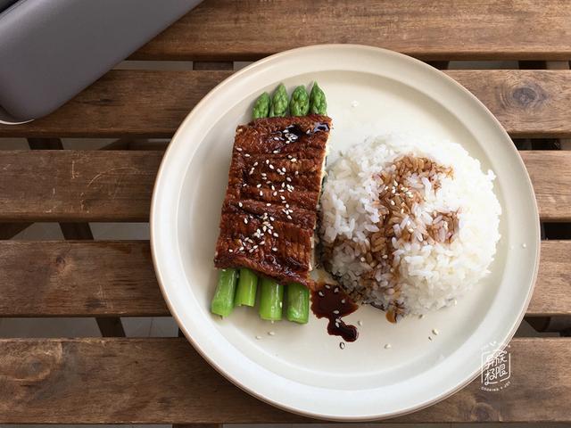 海鳗鱼的做法,在家做烤海鳗鱼,只用到厨房常备的两种调味料,味道不输给专卖店