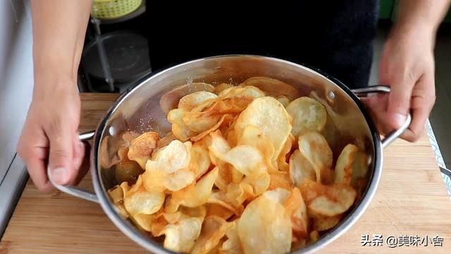 薯片怎么做,教你在家炸薯片,色泽金黄酥脆,刚上桌就被抢着吃,方法超简单
