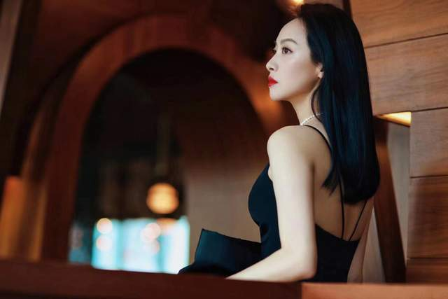 宋茜现身上海品牌活动 幽雅夜蝶尽显窈窕曲线