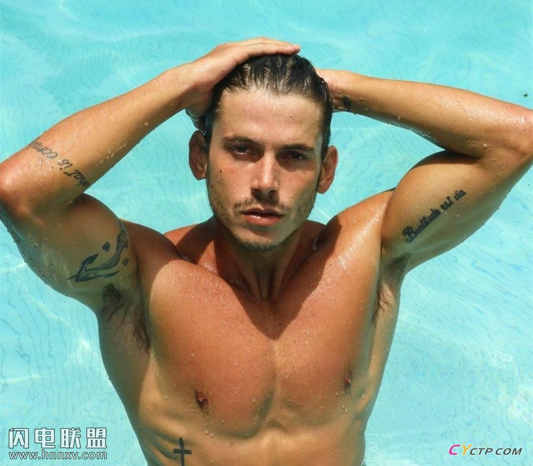 欧美肌肉帅哥泳池湿身激凸照片