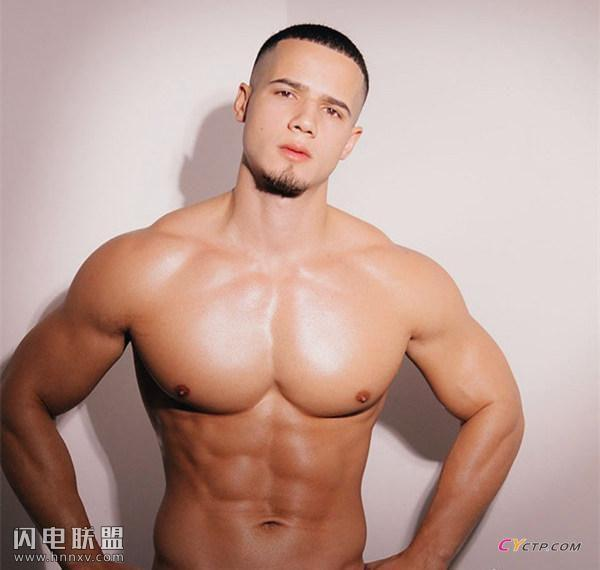 欧美肌肉男秀硕大胸肌照片第2张