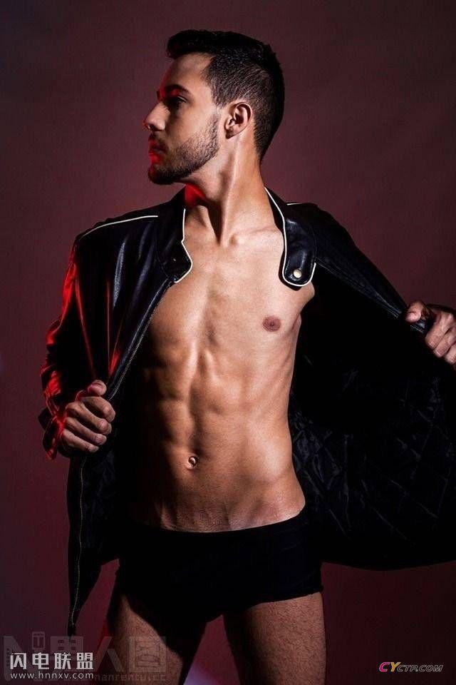 成熟性感的欧美男模内裤拍摄花絮写真图片