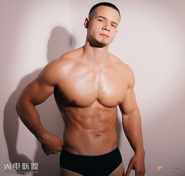 欧美肌肉男秀硕大胸肌照片第1张