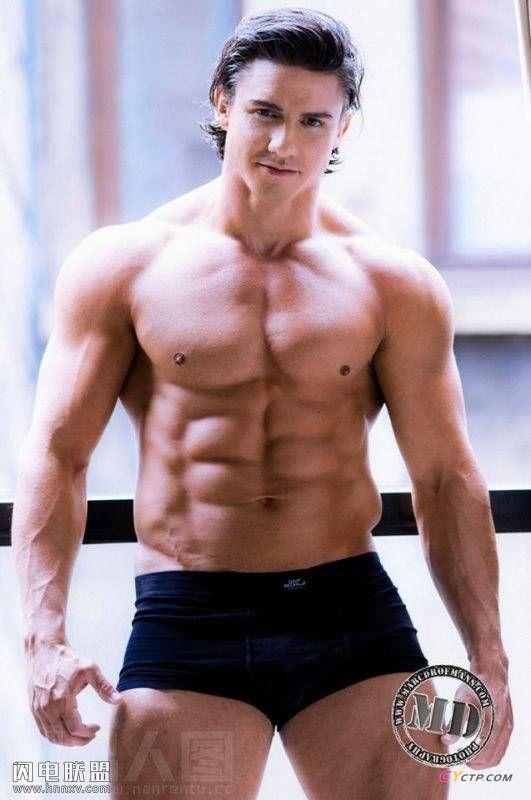 眼神深邃的欧美肌肉帅哥性感腹肌写真图片