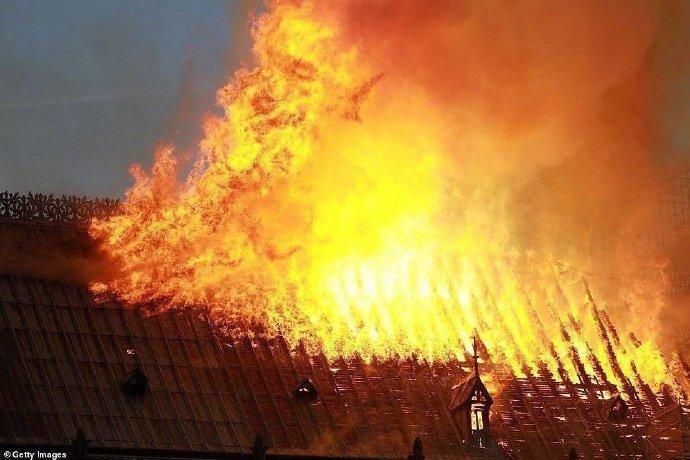 巴黎圣母院大火,塔尖倒塌