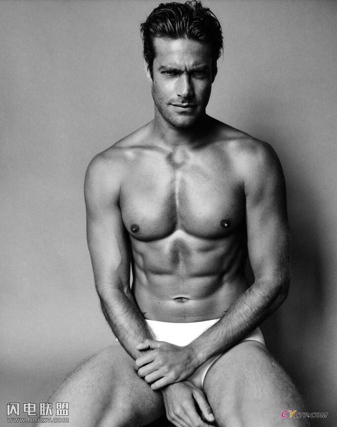 欧美型男上半身赤裸性感文艺黑白写真