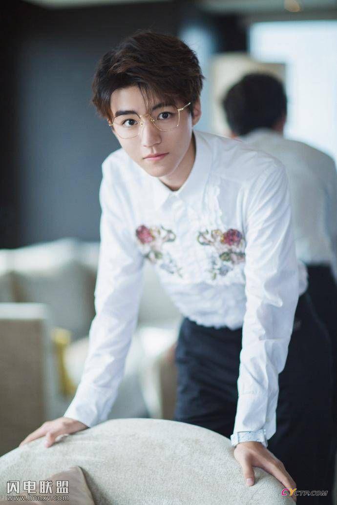 王俊凯戴眼镜文艺范时尚气质写真图片